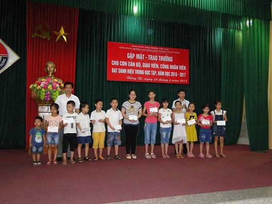 Lễ tuyên dương và trao phần thưởng cho con của Cán bộ, Giáo viên, Công nhân viên đạt danh hiệu học sinh giỏi năm học 2016 - 2017